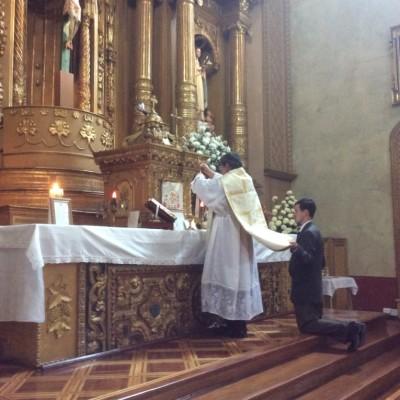Padre Pivel ,celebrando misa en el altar de la virgen del buen suceso Quito Ecuador junio 2016