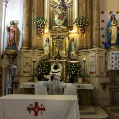 Padre Pivel celebrando misa gregoriana