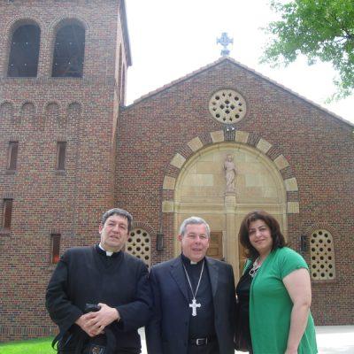 Con Monseñor Jose Octavio Ruiz Arenas- 1Desmonie Iowa EEUU