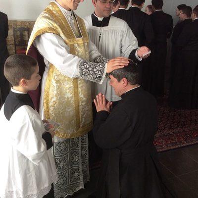 Recibiendo bendición de un nuevo sacerdote - Brasil