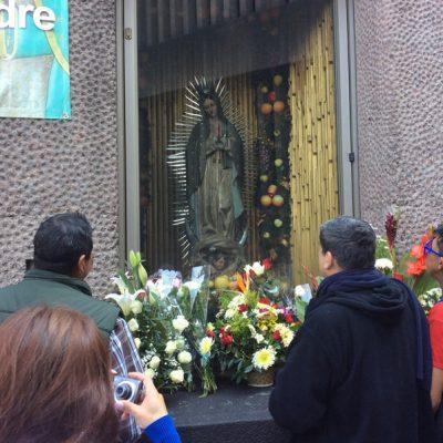 Rezando a la Virgen de Guadalupe